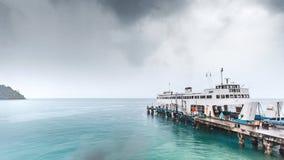 Koh Chang öpir med färjan i regnig dag arkivbilder