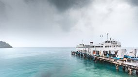 Koh Chang-eilandpijler met veerboot in regenachtige dag stock afbeeldingen