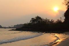 Koh Chang Sunset sur la plage Photo stock