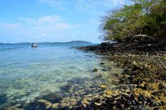 Koh Hin Ngam é uma ilha pequena original ao contrário da outra ilha Ele ` s coberto com as rochas pretas pequenas imagem de stock