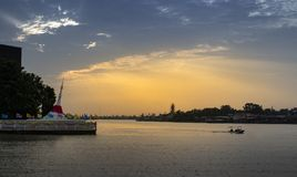 KOH kred, nonthaburi, Thaïlande temps de coucher du soleil avec le bateau à jaopray images libres de droits