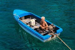 Koh Lang Ka Jew - 9 Februari, 2014: Gammal fiskare på fartyget i Koh Lang Ka Jew, Chumphon Marine National Park arkivbilder