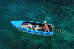 Koh Lang Ka Jew - 9 Februari, 2014: Gammal fiskare på fartyget i Koh Lang Ka Jew, Chumphon Marine National Park royaltyfria bilder