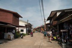 KOH LANTA, TAILÂNDIA - 27 DE DEZEMBRO: Rua da cidade velha na ilha de Lanta Imagens de Stock