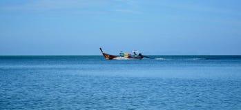 KOH LANTA, THAILAND - 19 02 Fiskebåt 2017 Arkivfoton