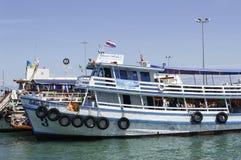 Koh Larn, Pattaya - 18 de agosto; Os turistas estão tomando um resto no Fe Imagem de Stock