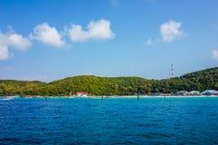 Koh Larn, Tailandia - 15 de junio de 2016: Mar azul y verde colorido con el cielo azul el verano, foco selectivo fotos de archivo