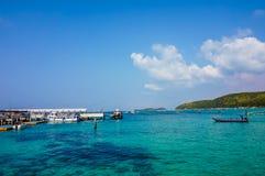 Koh Larn, Thailand - 15. Juni 2016: Buntes blaues und grünes Meer mit blauem Himmel auf Sommersaison, selektiver Fokus Stockbild