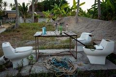 Koh Lipe, Thailand - Februari 20, 2019: Geïmproviseerde bar met toiletzetels en alkohol op lijst stock afbeelding