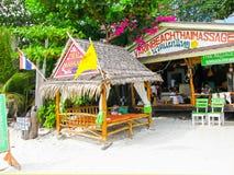 Koh Lipe Thailand - Februari 06, 2011: Sikt av stranden med thailändsk massage på kholipe, Thailand Arkivfoton