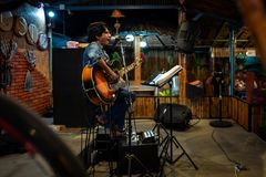 Koh Lipe, Thainald - 20 Φεβρουαρίου 2019: Ένας μουσικός που τραγουδά σε έναν φραγμό στοκ εικόνες