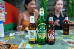 Koh Lipe, Thainald - 20 de febrero de 2019: Cervezas tailandesas con las muchachas caucásicas en fondo imagen de archivo libre de regalías