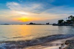 Koh Loy Landmark av srirachaen i solnedg?ng, Chonburi, Thailand arkivbild