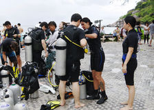 KOH NANGUAN, TAILANDIA - 22 OTTOBRE 2013: Attrezzatura per immersione con bombole e gruppo degli operatori subacquei Fotografia Stock Libera da Diritti