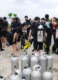 KOH NANGUAN, TAILANDIA - 22 OTTOBRE 2013: Attrezzatura per immersione con bombole e gruppo degli operatori subacquei Fotografia Stock