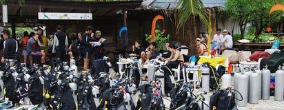 KOH NANGUAN, TAILANDIA - 22 OTTOBRE 2013: Attrezzatura speciale per l'immersione e gruppo degli operatori subacquei Immagine Stock Libera da Diritti