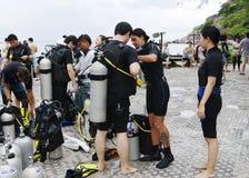 KOH NANGUAN, THAILAND - 22. OKTOBER 2013: Ausrüstung für Sporttauchen und Team von Tauchern Lizenzfreie Stockfotografie