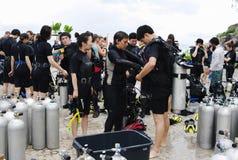 KOH NANGUAN, THAILAND - OKTOBER 22, 2013: groep het diverse voorbereidingen treffen aan het duiken Stock Foto's