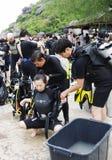 KOH NANGUAN, THAILAND - OKTOBER 22, 2013: groep het diverse voorbereidingen treffen aan het duiken Stock Afbeelding