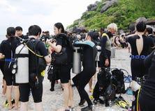 KOH NANGUAN, THAILAND - OKTOBER 22, 2013: grupp av dykare som förbereder sig till att dyka Arkivfoto