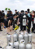 KOH NANGUAN, THAILAND - OKTOBER 22, 2013: Utrustning för dykapparatdykning och lag av dykare Arkivbild