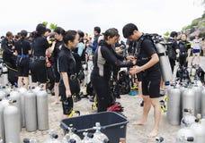KOH NANGUAN, THAÏLANDE - 22 OCTOBRE 2013 : Équipement pour la plongée à l'air et équipe de plongeurs Image stock