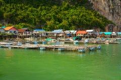 Koh Panyee bosättning som byggs på styltor av den Phang Nga fjärden Royaltyfri Bild