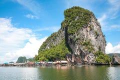 Koh Panyee bosättning som byggs på styltor av den Phang Nga fjärden, Thailand Arkivfoto