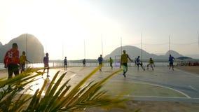 Koh Panyi, Ταϊλάνδη - 23 Δεκεμβρίου 2017: τοπικά παιχνίδια ομάδων ποδοσφαίρου στο ηλιοβασίλεμα φιλμ μικρού μήκους