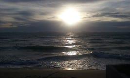 Koh phangam golven de zonsondergang royalty-vrije stock fotografie
