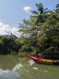 Αλιευτικό σκάφος κοντά στο νησί στοκ φωτογραφία με δικαίωμα ελεύθερης χρήσης