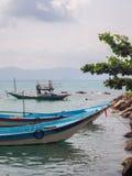 Αλιευτικό σκάφος κοντά στο νησί στοκ φωτογραφία