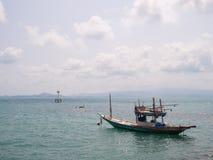 Αλιευτικό σκάφος κοντά στο νησί στοκ φωτογραφίες με δικαίωμα ελεύθερης χρήσης