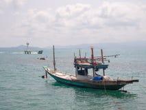 Αλιευτικό σκάφος κοντά στο νησί στοκ εικόνα