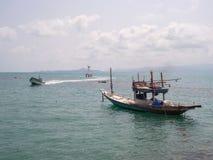 Αλιευτικό σκάφος κοντά στο νησί στοκ εικόνες με δικαίωμα ελεύθερης χρήσης