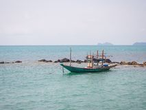 Αλιευτικό σκάφος κοντά στο νησί στοκ εικόνα με δικαίωμα ελεύθερης χρήσης