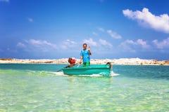 Koh Phangan, Thaïlande - 29 janvier 2014 : Le pêcheur thaïlandais heureux navigue sur le canot automobile à travers la plage de N Photos stock