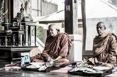 Koh Phangan Thailand 28 09 2015 - De monniken van Boedha bidden samen ceremonie Gezette handen Stock Foto