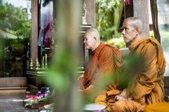Koh Phangan Thailand 28 09 2015 - De monniken van Boedha bidden samen ceremonie Gezette handen Royalty-vrije Stock Afbeelding