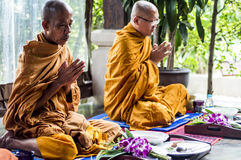 Koh Phangan Thailand 28 09 2015 - De monniken van Boedha bidden samen ceremonie Gezette handen Royalty-vrije Stock Afbeeldingen