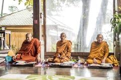 Koh Phangan Thailand 28 09 2015 - De monniken van Boedha bidden samen ceremonie Gezette handen Stock Afbeelding
