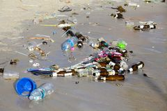 KOH PHANGAN, THAILAND - Konsequenzen der Meerwasserverschmutzung auf dem Haad Rin setzen nach der Vollmondpartei auf den Strand Stockbilder