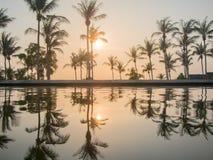 Koh Phangan THAILAND - 15 mars 2017 - solnedgången för den lyxiga semesterorten tävlar Royaltyfri Bild
