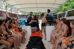 Koh Phi Phi Ley Island, Thailand - JULI 15, 2018: De niet geïdentificeerde toeristen aan boord van een boot worden geïnstrueerd a royalty-vrije stock fotografie