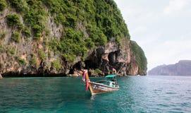 Koh Phi Phi Ley Island, Thailand - JULI 15, 2018: Een Thaise die longtailboot dichtbij de ingang in Viking Cave van Phi Phi Le wo royalty-vrije stock fotografie