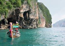 Koh Phi Phi Ley wyspa Tajlandia, LIPIEC, - 15, 2018: Tajlandzka longtail łódź zakotwiczał blisko wejścia przy Viking jamą Phi Phi obraz royalty free