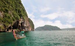 Koh Phi Phi Ley wyspa Tajlandia, LIPIEC, - 15, 2018: Tajlandzka longtail łódź zakotwiczał blisko wejścia przy Viking jamą Phi Phi zdjęcie stock