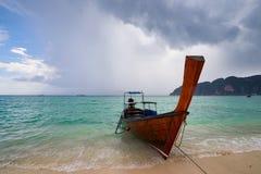 Koh Phi Phi, Tailandia - 10 de noviembre: barco de la cola larga en Koh Phi Phi encendido Foto de archivo libre de regalías