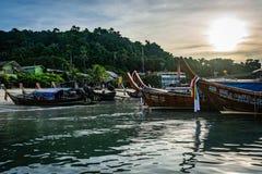 KOH PHI PHI, THAILAND - NOVEMBER 2018: Boote richteten am Rand der Insel an der Dämmerung, an der Morgensonne im Himmel, an den g lizenzfreie stockfotografie