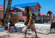 Koh Rong-eiland, Kambodja - 08 April 2018: hippiemensen op wit zandstrand Jonge mensen met dradlockhaar stock fotografie